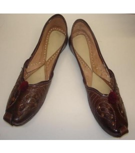 Flat leather shoes with Pom-pon